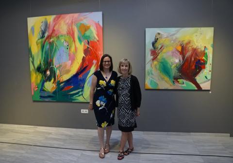 Antonia Blanco con su amiga LuAnn Haley en la inauguración