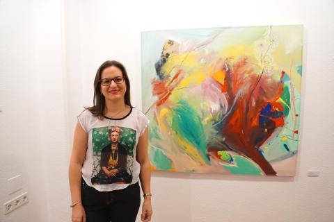 """Inauguración de la exposición """"Alteraciones"""". Antonia Blanco junto a una de sus obras"""