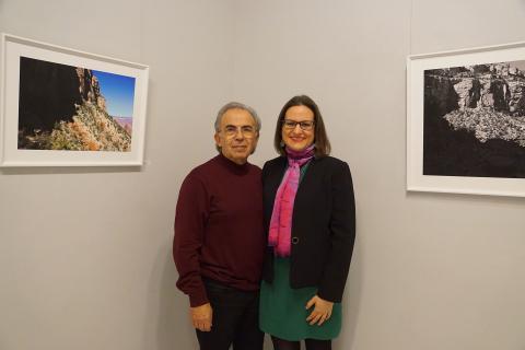 """El galerista Julio Álvarez y Antonia Blanco en la inauguración de la exposición """"[Des] cubriendo la realidad"""""""