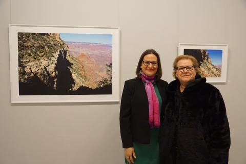 """Antonia Blanco junto a su madre en la inauguración de la exposición """"[Des] cubriendo la realidad"""""""
