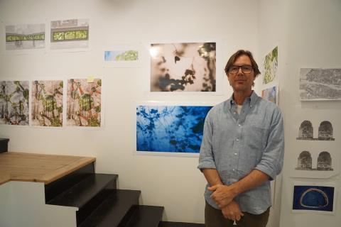 El fotógrafo Stephen Galloway posando en su estudio de San Francisco.